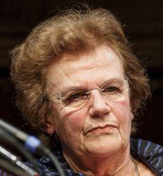 """Henny Stoel 13-07-1945 Nederlandse oud-nieuwslezeres. Zij presenteerde het NOS Journaal van 1988 tot 2003. In 2000 kwam haar uiterlijk onder vuur te liggen door het weekblad Privé. Dat had twee """"modekoningen"""" laten oordelen dat Stoel het lelijkste journaalgezicht van Europa had.  In 2003 ging Henny met de VUT. Het vroege afscheid werd in de media beoordeeld als een vorm van leeftijdsdiscriminatie. https://youtu.be/o0fF8SSxUQU"""