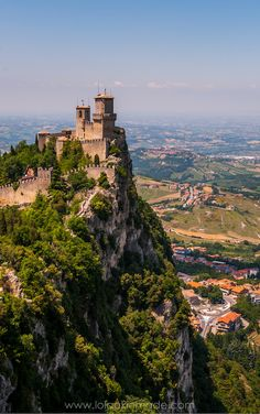 San Marino is a tiny, castle-filled republic that sits atop Mt Titano, and is bordered by Italy's Emilia Romagna region. Just a short day trip from Rimini, Italy, here's why San Marino is more than worth the trip. Travel in Europe. | Geotraveler's Niche Travel Blog #SanMarino #Europe