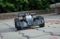 Der Carrera RC Dark Pirat - am Pflasterstein. Das ist genau seine Umgebung. Geiles ferngesteuertes Auto!