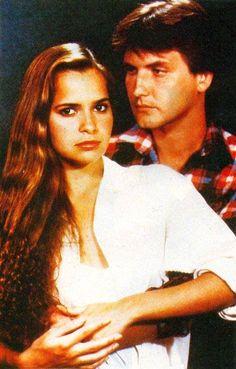 TOPACIO ( NOVELA)  RCTV -        Topacio es una telenovela venezolana producida y transmitida en 1985 por la cadena RCTV. Es una adaptación, en color, de la telenovela 'Esmeralda', de la escritora cubana Delia Fiallo, que hiciera la cadena Venevisión en 1970. Fue protagonizada por Grecia Colmenares y Víctor Cámara, y con las participaciones antagónicas de Chony Fuentes, Alberto Marín y Nohely Arteaga.                 10438582_10152709933686682_1990348793907213751_n.jpg (445×696)