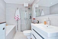 Lyxigt badrum med både dusch, badkar och tvättmaskin. Bjurfors.se
