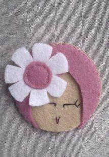 Muñeca de fieltro rosa