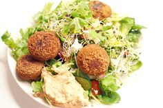 Trendikäs falafel-fetasalaatti hummuksen kanssa Falafel, Hummus, Cobb Salad, Food, Essen, Falafels, Meals, Yemek, Eten