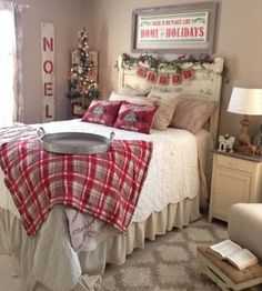 christmas bedroom 40 Cozy Master Bedroom Christmas Decor Ideas - Whereas most of us deck the lounge, hallway, and eating room with lights and ornaments, the bed room usually goes unnoticed. Farmhouse Christmas Decor, Cozy Christmas, Beautiful Christmas, Christmas Bedroom Decorations, Cabin Christmas Decor, Country Christmas, Christmas Ideas, Christmas Getaways, Deco Champetre