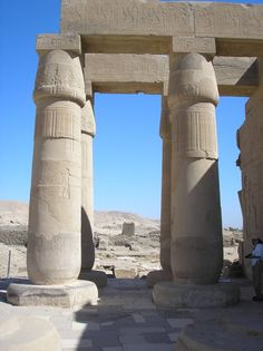 Columnas en el exterior de la Sala Hipóstila del RAMESSEUM. Templo funerario de Ramsés II construido en la necrópolis de Tebas. Dinastia XIX perteneciente al Imperio Nuevo.