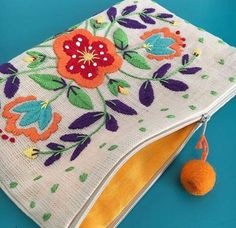 Comenzamos con los cursos-taller: Aprende hacer carteras sobre bordadas paso a p… We start with the workshop courses: Learn to make portfolios on embroidery step by step Embroidery On Clothes, Embroidery Bags, Crewel Embroidery, Embroidery Patterns, Mexican Embroidery, Diy Clutch, Boho Bags, Fabric Bags, Satin Stitch