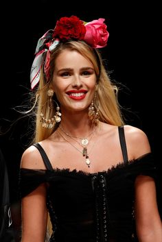 See all the Details photos from Dolce & Gabbana Spring/Summer 2019 Ready-To-Wear now on British Vogue Fashion Show, Fashion Outfits, Womens Fashion, Runway Hair, Dolce Gabbana, Spring Summer Trends, Flower Fashion, Mannequins, Fashion Details