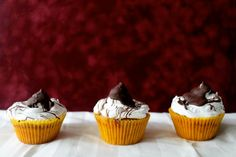 Hot Chocolate & Marshmallow Cupcakes #cupcake #recipe Based on a classic combo … hot chocolate with marshmallows, these cupcakes will melt in your mouth!!