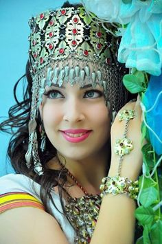 A Turkmen girl Beautiful Eyes, Beautiful People, Beautiful Women, Exotic Beauties, Folk Costume, Schmuck Design, World Cultures, Ethnic Fashion, People Around The World