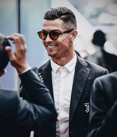 Here is the latest and best collection of cristiano Ronaldo Haircuts and you will also get some tips to get these hairstyles on yourself. Cristiano Ronaldo 7, Cristiano Ronaldo Wallpapers, Zinedine Zidane, Juventus Fc, Tottenham Hotspur, Justin Timberlake, Steven Gerrard, Ac Milan, Neymar