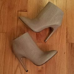 ALDO Gray Ankle Boots Booties NWOB Brand new, never worn. Beautiful gray color. Approx. 4.5 inch heel ALDO Shoes Ankle Boots & Booties