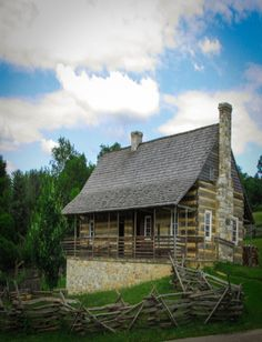 Awesome Tips to create your beautiful log cabins in the woods or next to a creek. A must-have to escape from our fast pace life. Old Cabins, Log Cabin Homes, Cabins And Cottages, Cabana, Log Cabin Furniture, Cabin In The Woods, Cozy Cabin, Cabin Plans, Old Houses