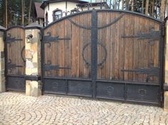 Кованые ворота и заборы | Примеры наших работ Home Door Design, Garage Door Design, Wooden Garden Gate, Wooden Gates, Wrought Iron Decor, Wrought Iron Gates, Front Gates, Entrance Gates, Wooden Gate Designs