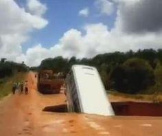 فيديو وصور حفرة تبتلع حافلة ركاب في البرازيل، فماذا حل بهم؟ #سيارات #تيربو_العرب #صور #فيديو  #Photo #Video #Power #car  #motor #حوادث_السيارات  #Accident