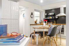 7-cozinha-americana-parede-preta-cadeira-charles-eames