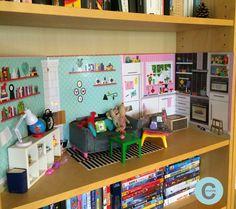 Depuis quelques mois, un petit décor a pris place dans la bibliothèque du salon...         C'est chez IKEA que j'ai trouvé la maison de pou...