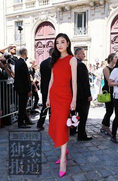 倪妮曾参加过多次Dior精神展览,因此了解到迪奥先生最中意的颜色就是红色,红色非常热情,浪漫。她亲自挑选的这件红裙,也带有一些东方的寓意,裙摆不规则的设计拉伸整体线条。这身红裙跟平底鞋也很搭,秀场外倪妮换上Joshua Sanders红色平底鞋运动鞋,休闲感多了几分,但依旧美美的。