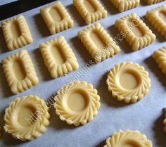 This Pin was discovered by Mou Cookie Desserts, Cookie Recipes, Dessert Recipes, Tea Cookies, Biscuit Cookies, Sugar Cookie Icing, Mini Tart, Arabic Sweets, Tart Recipes