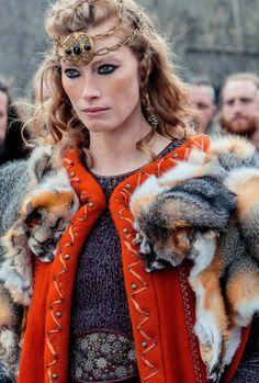 Alyssa Sutberland as Queen Aslaug on Vikings season 4 Vikings Tv Show, Ragnar Vikings, Vikings Tv Series, Vikings Actors, Viking Hair, Viking Dress, Bracelet Viking, Viking Jewelry, Viking Rings