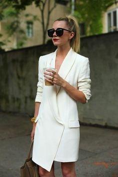 Look de moda: Vestido de Esmoquin Blanco, Bolsa Tote de Cuero Marrón, Gafas de Sol Negras, Pulsera Dorada