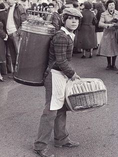 Barquillero durante el desfile de comparsas del Carnaval.17 febrero 1980. Madrid City, Foto Madrid, Old Pictures, Old Photos, Malaga, Murcia Spain, Street Musician, Mexican Heritage, Photo Journal