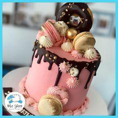 Gold & ganache chocolate drip cake with donuts! Pretty Birthday Cakes, Birthday Desserts, Happy Birthday Cakes, Birthday Cake Design, Cupcake Birthday Cake, Buttercream Cake Designs, Cake Decorating Frosting, Bolo Drip Cake, Drip Cakes