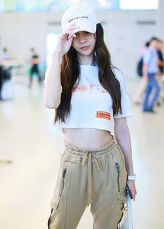 Chinese star Angelababy was spotted at Shanghai airport on July wearing a casual and street-chic outfit. Asian Street Style, Japanese Street Fashion, Street Chic, Asian Fashion, Shanghai, Floral Mini Skirt, Angelababy, Jennie Blackpink, Evening Outfits