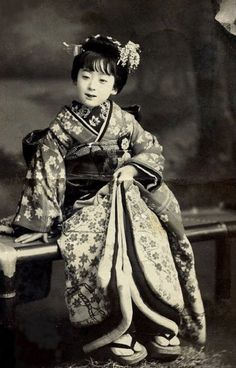 Kamuro 1913 Both her hairstyle and the way her obi (sash) is tied, suggest that she is a Kamuro (child attendant for an Oiran or Tayuu) rather than a Maiko (Apprentice Geisha). Japanese History, Japanese Beauty, Japanese Culture, Japanese Kimono, Japanese Girl, Vintage Abbildungen, Turning Japanese, Japan Photo, Lewis Carroll