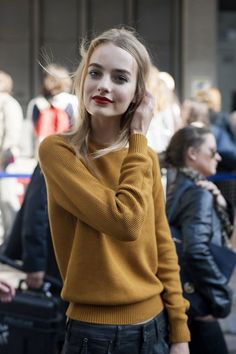 Le pull jaune moutarde, la couleur de l'automne à porter avec un slim noir ou bleu foncé.