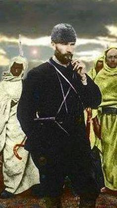 """Atatürk, yaşamı boyunca tüm sevdiklerine hangi yaşta olursa olsun """"çocuk"""" diye seslenirdi. Onun sözlüğünde çocuk sevgi demekti. Onun çocuğu yoktu belki ama içinde bitip tükenmeyen bir çocuk sevgisi vardı. Bundan dolayı yüreği arada burkulmuş mudur bilmiyorum ama galiba bu ihtimal çok düşük; bütün Türk çocukları onun öz yavruları gibiydi. Atatürk, çocukların riyakârlık bilmeden bütün istek ve arzularını içlerinden geldiği gibi açıklamalarından çok hoşlanırdı. Onun evladı olmak bizler için…"""