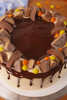 Looking for the best Reese's cake ever? This Reese's Explosion Cake is insane. Cakes To Make, How To Make Cake, Cakes For Kids, Birthday Desserts, Köstliche Desserts, Delicious Desserts, Candy Birthday Cakes, Creative Desserts, Candy Cakes