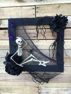 DIY Halloween Wreath to Make Your Door Look Spooky These DIY Halloween Wreath ideas to make your home entrance look scary. Get these ideas for final touch up of your Halloween decoration. Costume Halloween, Diy Halloween, Primer Halloween, Halloween Fotos, Halloween Skeleton Decorations, Adornos Halloween, Scary Decorations, Halloween Disfraces, Outdoor Halloween
