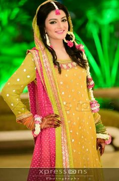 Magnificence Mehndi dress is the most renowned outfit along with the ladies. Women and also girls both use particularly Mehndi dress. Pakistani Mehndi Dress, Bridal Mehndi Dresses, Walima Dress, Pakistani Bridal, Bridal Outfits, Bridal Lehenga, Pakistani Dresses, Mehendi, Wedding Dresses