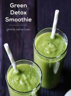 Detox Smoothie: serves c 3 cups frozen diced pineapple 3 cups fresh baby spinach 1 cup frozen diced banana 1 celery rib (optional) 1 Tbsp. grated fresh ginger (start with less and add more if desired) 1 Tbsp. chia seeds juice from half a lime Smoothies Vegan, Detox Smoothie Recipes, Detox Smoothies, Juice Smoothie, Smoothie Drinks, Weight Loss Smoothies, Detox Drinks, Healthy Drinks, Healthy Snacks