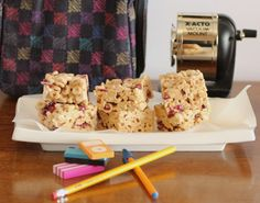 Today is a great healthy square called Back At School/Oat Cereal Cranberry Squares that Amber loves to take in her lunch box. Best Vegetarian Recipes, Gf Recipes, Sweet Recipes, Dessert Recipes, Snack Recipes, Oat Cereal, Cereal Treats, Gluten Free Cereal, Gluten Free Baking
