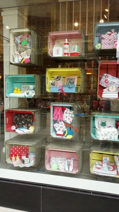 Cath Kidston store window in Cambridge using suspended crates with brightly painted insides and displaying products Visual Display, Display Design, Store Design, Display Ideas, Spring Window Display, Store Window Displays, Kids Store, Baby Store, Vitrine Design