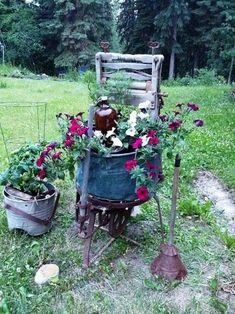 When you want to feature Flea market finds in your garden, just what are the steps you take to get the right design and a pleasing balance of flowers and artifacts? Garden Junk, Garden Beds, Garden Art, Garden Gates, Country Landscaping, Landscaping With Rocks, Container Plants, Container Gardening, Flower Containers