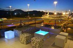 Restaurante y bar Miraflores, mientras aparecias el paso de buques en las Esclusas, del canal de Panamá.