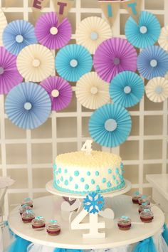 A festa frozen da Clarinha foi todinha feita em casa e hoje mostro pra vocês os detalhes da decoração, personalizados e tudo mais. Vem ver e se inspirar!