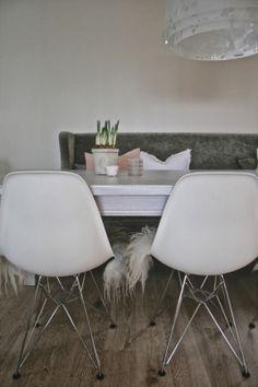 VÅR… på kalenderen.. Eames, Dining Table, Living Room, Chair, Furniture, Kitchen, Home Decor, Recliner, Baking Center