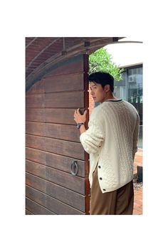 Hyun Bin posed for 'Esquire' Korea Magazine. The actor took a series of photos and showcased his amazing modeling skills. Hyun Bin is seen leaning against the wall, staring off into the distance, and really focusing hard into creating amazing shots. Hyun Bin, Hot Korean Guys, Korean Men, Hot Guys, Song Hye Kyo, Asian Actors, Korean Actors, Kdrama Actors, Ji Chang Wook