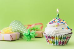 Sprinkle over the gift box; balloons and muffins with lighted candle on pink backdrop Photo Happy Birthday Wishes Images, Happy Birthday Cakes, Birthday Cards, Bolo Fresco, Green Cupcakes, Pink Backdrop, Happy Birthday Beautiful, Birthday Blessings, Happy B Day