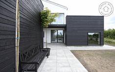 Hvidmalet murværk og sort træ House Design, Interior Architecture Design, Exterior Cladding, House Exterior, Wooden House, House Inspiration, Pergola Designs, House In The Woods, Outdoor Flooring