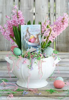 Best Easter from Our Boat to Yours. ♥ | ©homeiswheretheboatis.net Simple Centerpieces, Easter Centerpiece, Centerpiece Ideas, Happy Easter, Easter Bunny, Easter Monday, Spring Flowering Bulbs, Easter Wishes, Floral Tablecloth