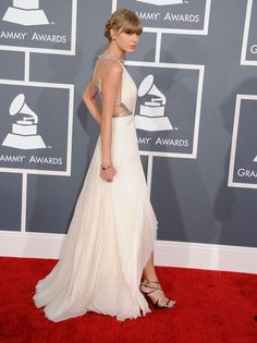 Taylor Swift wore a cream-colored flowy gown that gorgeously showcased her slender arms and svelte back.