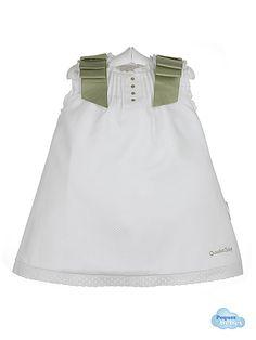 Vestido de verano para bebés niña confeccionado en piqué blanco con el escote cuadrado y las mangas a la sisa,ribeteados con un volantito de tira bordada de batista .Tiene  jaretas en el centro con bodoques bordados del mismo color que los lazos de los hombros. Tiene un forro interior de batista blanca. http://www.pequesybebes.es/vestidos-bebe-nina-verano/163-vestido-bebe-pique-con-jaretas-y-bodoques.html