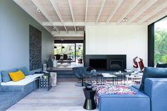 SJB a réalisé la rénovation d'une petite maison de style pavillon qui s'inspire de l'architecture japonaise et des matériaux naturels. La maison, située da