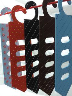 Cabide de madeira em formato de gravata para guardar com sofisticação suas gravatas e cintos.  Diversas cores a sua escolha.  Nesta promoção, o cabide acompanha uma gravata.  Ótima dica para o presente do Dia dos Pais.