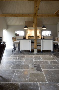 franse dallen bourgondisch www.kersbergen.nl Living Room Flooring, Kitchen Flooring, Flagstone Flooring, Dark House, Patio Makeover, Glass Kitchen, Cuisines Design, Interior Exterior, Kitchen Remodel
