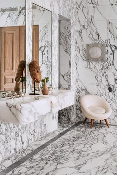Gorgeous Marble Bathroom Design Ideas - The Wonder Cottage Bathroom Lighting Design, Bathroom Light Fixtures, Bathroom Interior Design, Bathroom Designs, Bathroom Trends, Bathroom Layout, Bathroom Ideas, City Bathrooms, Modern Bathrooms